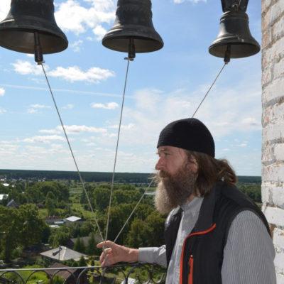 Федор Конюхов на колокольне музея мореходов