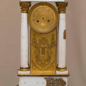 Часы консольные в виде портика. Франция, 1830-е. Бронза, мрамор, железо, латунь, литье, чеканка, полировка, золочение. Фото Людмилы Фоминской