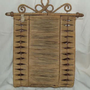 ТМО 9071. Газетница-карман. Начало XX века. Дерево, рафия, соломка, плетение, токарная рбатота