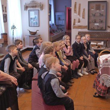 Первоклассники школы №1 побывали в краеведческом музее на занятии по народной игрушке