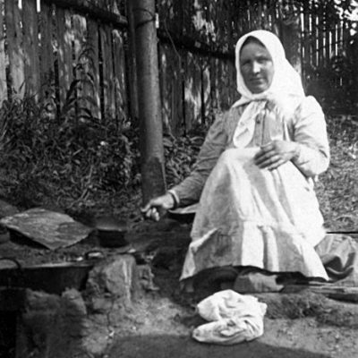 Е.Н.Блохина за выпаркой соли. 1920-е гг.