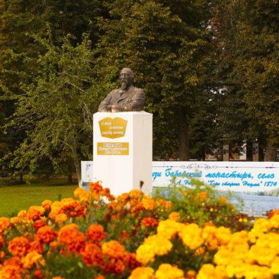 Памятник Н.А.Некрасову в центре п. Некрасовское Ярославской области