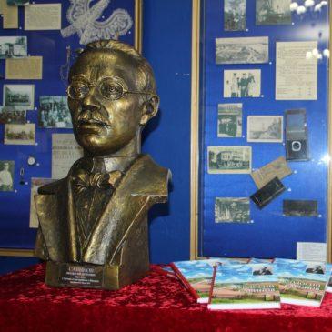 Московские нотариусы подарили ценные подарки к 155-летию тотемского поэта Феодосия Савинова